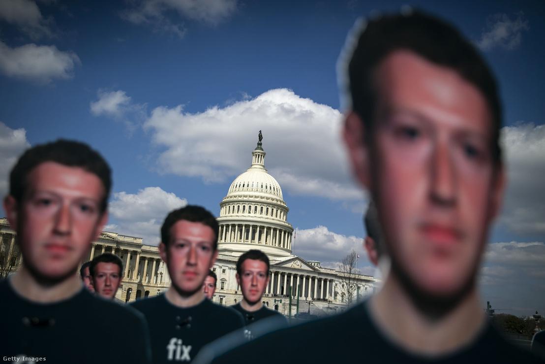 Mark Zuckerberget ábrázoló kartonfigurák a Kapitólium épülete előtt április 10-én Zuckerberg szenátusi meghallgatásának idején