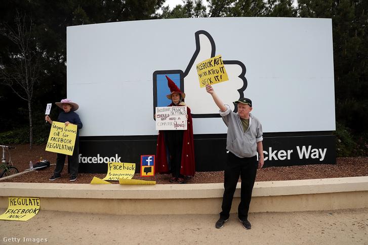 Tüntetők a Facebook központja előtt 2018 áprilisában