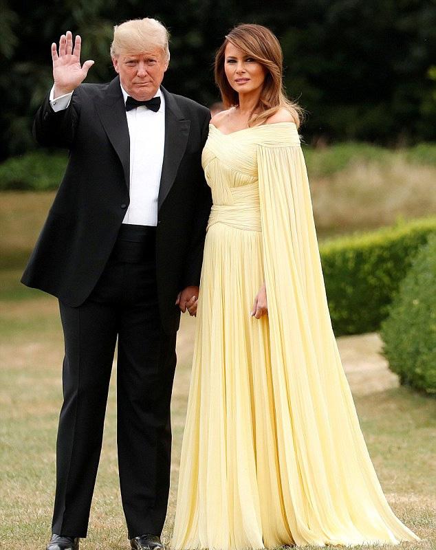 Melania Trump káprázatosan nézett ki ebben a sárga estélyiben. Ő volt a gálavacsora legszebbje.