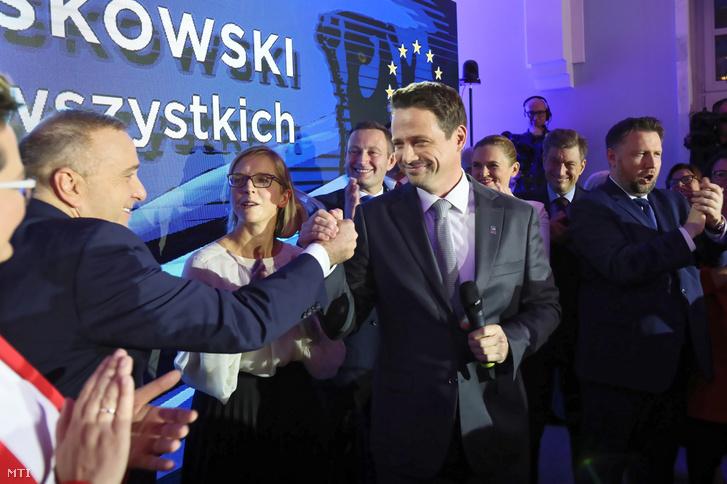 Rafal Trzaskowski az ellenzéki Polgári Koalíció a KO varsói polgármesterjejöltje (j) és Grzegorz Schetyna a Polgári Platform a PO vezetője (b) Varsóban 2018. október 21-én miután Trzaskowski győzött a lengyel önkormányzati választások elsõ fordulójában.