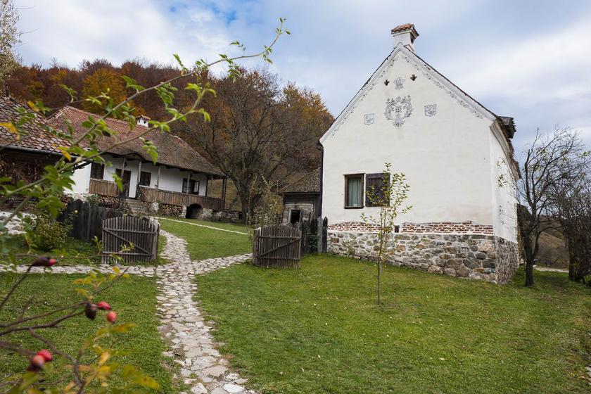 A ház őrzi vidéki báját: zsalugátereivel és díszített homlokzatával egyszerűen meseszép.