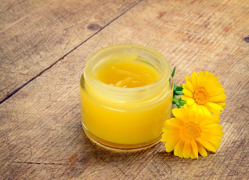 A körömvirág-alapú krémek gyulladáscsökkentő, sebgyógyító hatásúak, fekély és ekcéma kezelésére is használják őket. E-vitamint, karotinoidokat, kalendulint, flavonoidokat is tartalmaz a növény, nyugtatja a száraz, irritált bőrt. Akár házilag is elkészíthető.