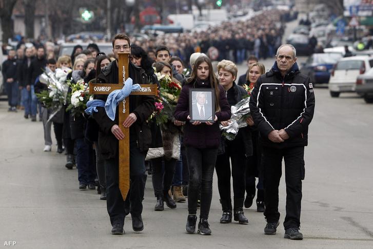 Oliver Ivanovic képét tartják a temetésére tartó emberek Mitrovicában 2018. január 17-én