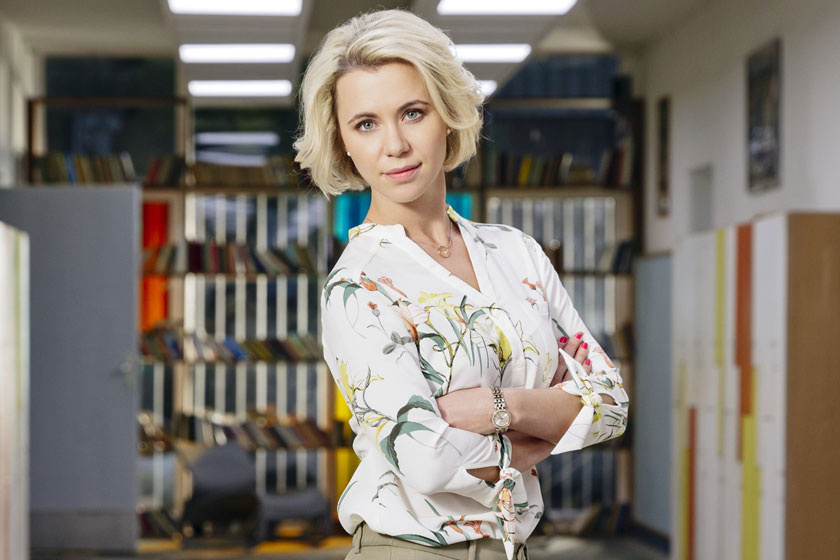 2018 júliusában robbant a hír, hogy A Tanár második évadában Ubrankovics Júlia már nem lesz látható. A színésznő nem érezte fair lépésnek kiírását, a sorozat készítői szerint viszont nincs abban semmi, ha egy színésznőt, aki nem váltotta be a hozzá fűzött reményeket, lecserélnek.