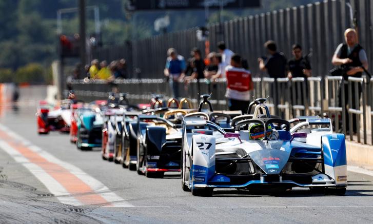 Második generációs FE-autók egy szezon előtti teszten