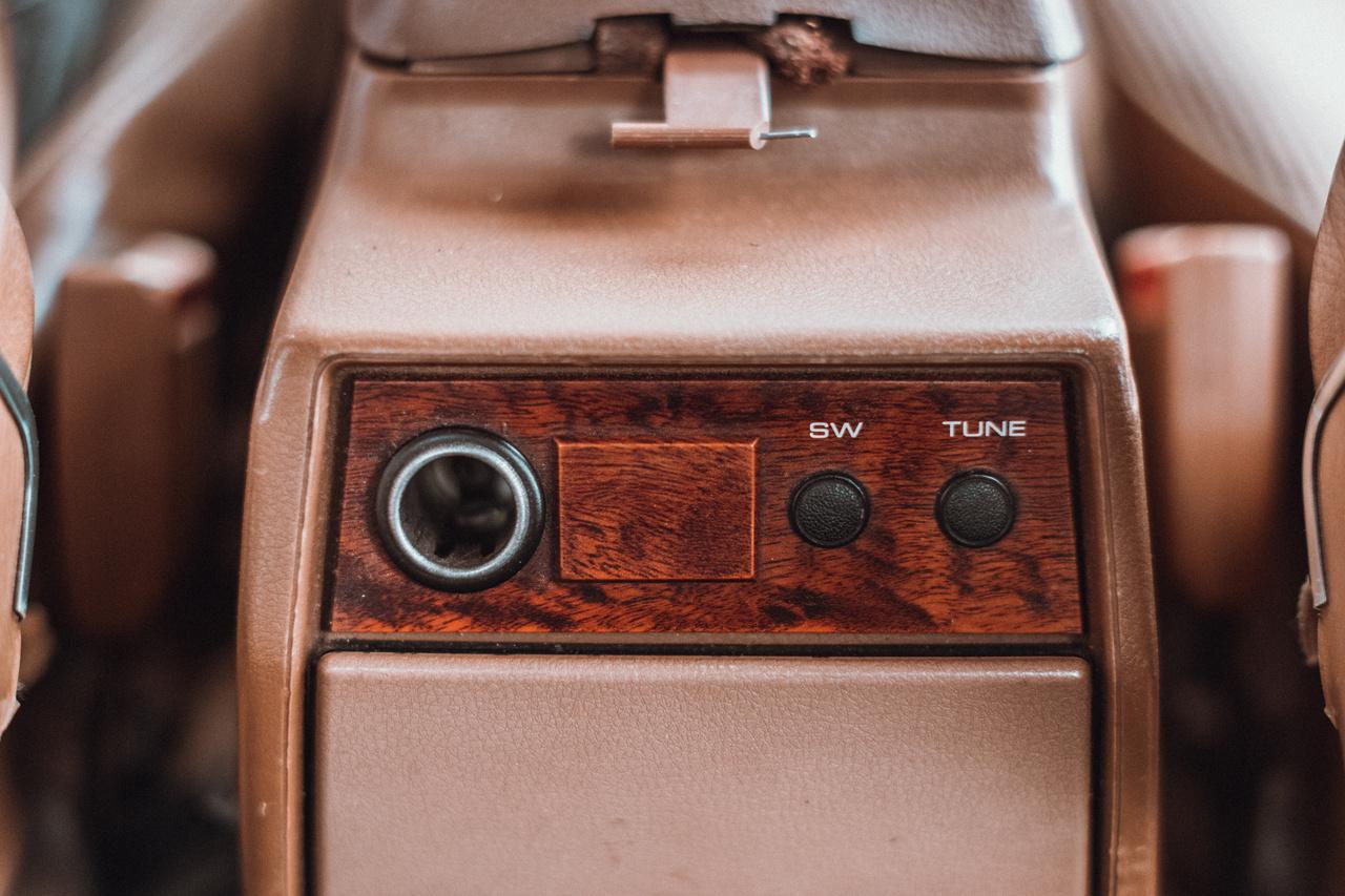 Nemcsak szivargyújtó járt hátulra, de egyes változatokban a rádió is vezérelhető volt a kardánbox végéből. A rádió és a magnó egyébként külön egység, az egyik elöl, a másik pedig hátul szól.