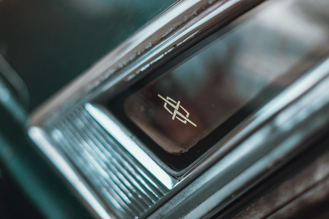 Japán szokás szerint a Datsun egyes típusaira saját első emblémát tervezett, a Cedric is kapott ilyet.