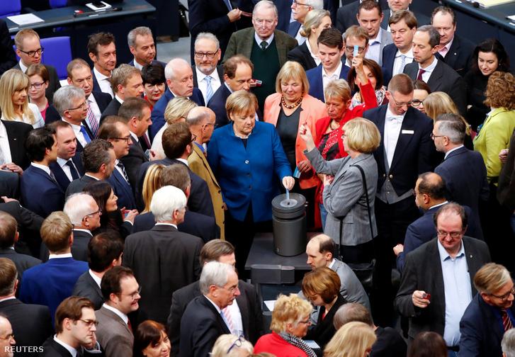 Angela Merkel a német költségvetésről szavaz