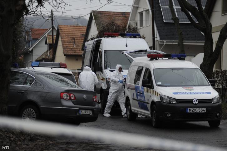 Bűnügyi helyszínelők a főváros III. kerületében ahol több lövéssel végeztek egy nővel hajnalban 2018. november 21-én.