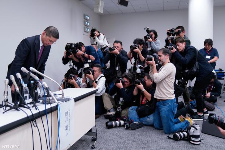 Szaikava Hiroto, a Nissan Motor Co. japán járműgyártó vezérigazgatója meghajol a vállalat jokohamai székházában tartott sajtótájékoztató után 2018. november 19-én.