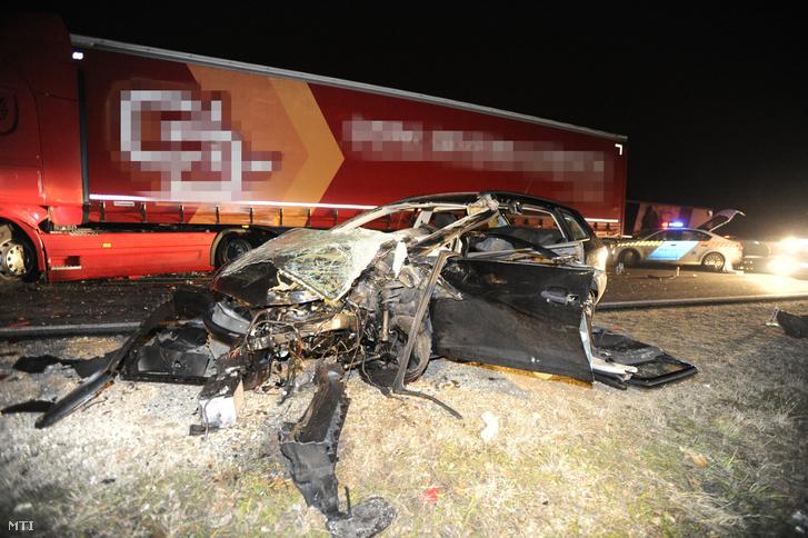 Összetört személyautó az M2-es autóúton, Göd közelében, ahol a gépjármű és egy kamion összeütközött 2018. november 23-án. A balesetben az autó vezetője a helyszínen meghalt.