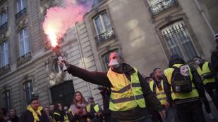 Párizsba vonulnak az útblokádokat emelő sárga mellényesek
