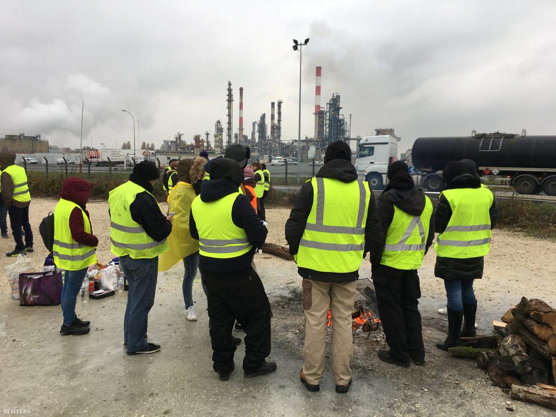 Blokád a Total Grandpuits olajfinomító és a benzinkút között Párizs délkeleti részén, 2018. november 20-án.