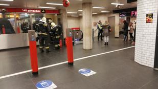 Tűzoltók a 2-es metró egyik megállójánál