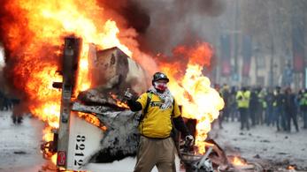 Könnygázzal oszlatják a tüntetőket Párizsban