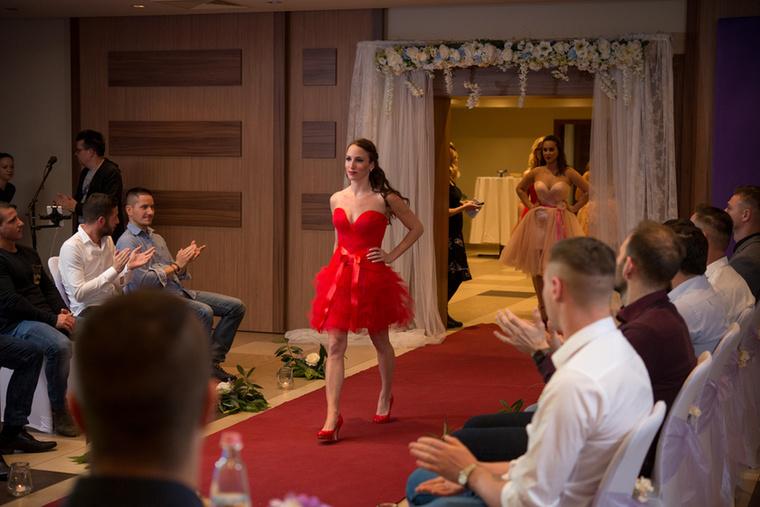 Akármennyire is úgy hiszi az ember, a versenyzők nem csak esküvői ruhákban vonultak végig a kifutón, hanem kedvenc öltözetükben és egy Halász Éva tervezte menyecskeruhában is