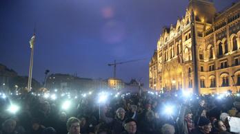 Élőben jelentkeztünk a Kossuth téri tüntetésről