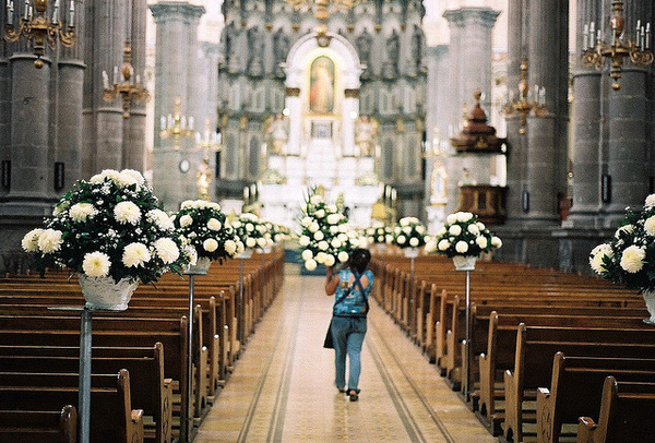 19851c86a5 Katolikus esküvő: hanyagold a mély dekoltázst és a vörös ruhát! - Dívány