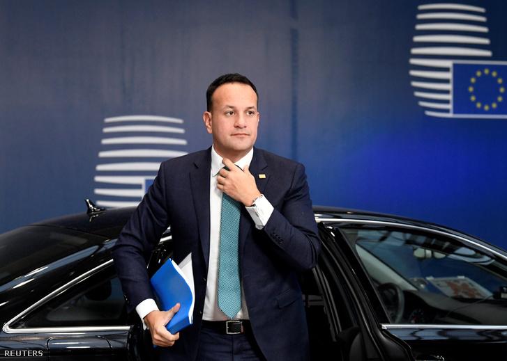 Leo Varadkar ír miniszterelnök érkezik az ülésre