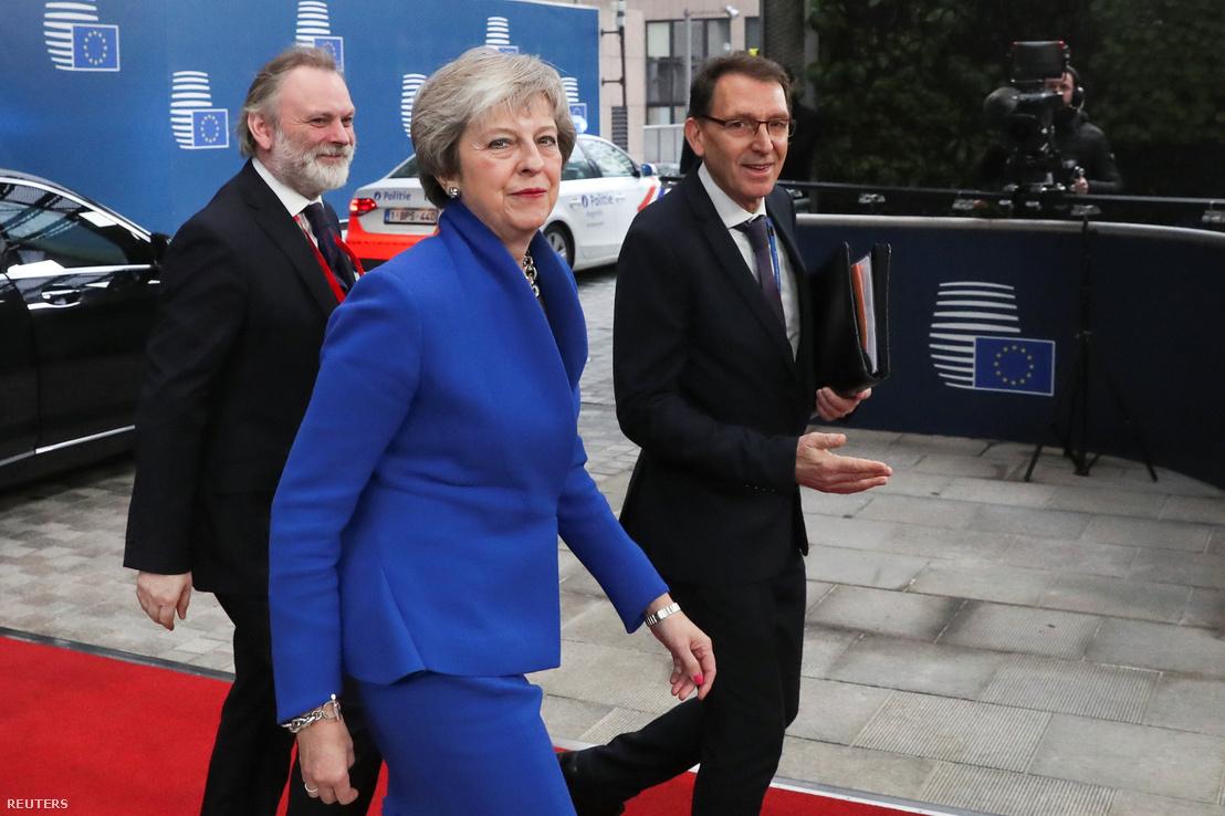 Theres May brit miniszterelnök és Tim Barrow az Egyesült Királyság EU-nagykövete érkezik Brüsszelbe a rendkívüli EU-csúcsra 2018. november 25-én