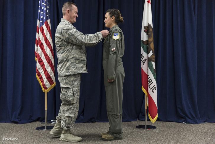 Szolgálatai Elismerése Érdeméremmel tünteti ki az altábornagy a pilótanőt.