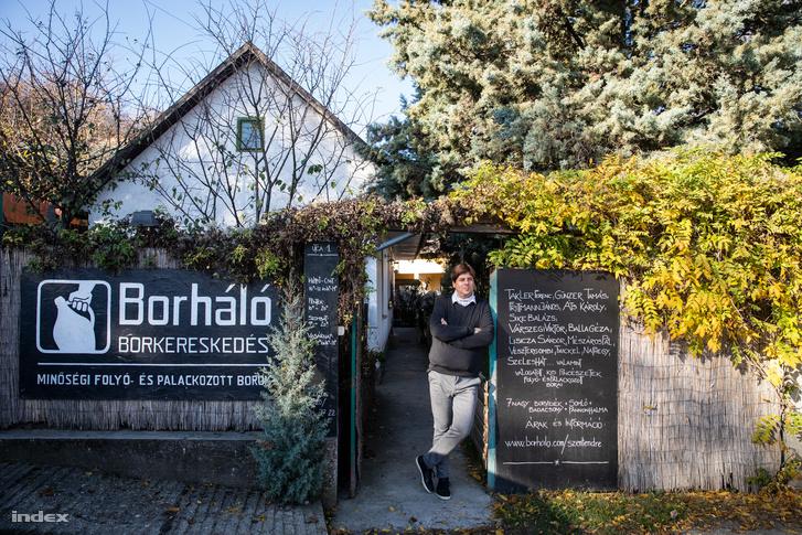 Kathona Krisztián szentendrei családi házuk ajtajában, ahol az első Borháló üzlet működik