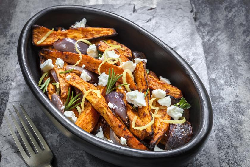 Tepsiben sült, ropogós édesburgonya fetával: különleges köret egyszerűen