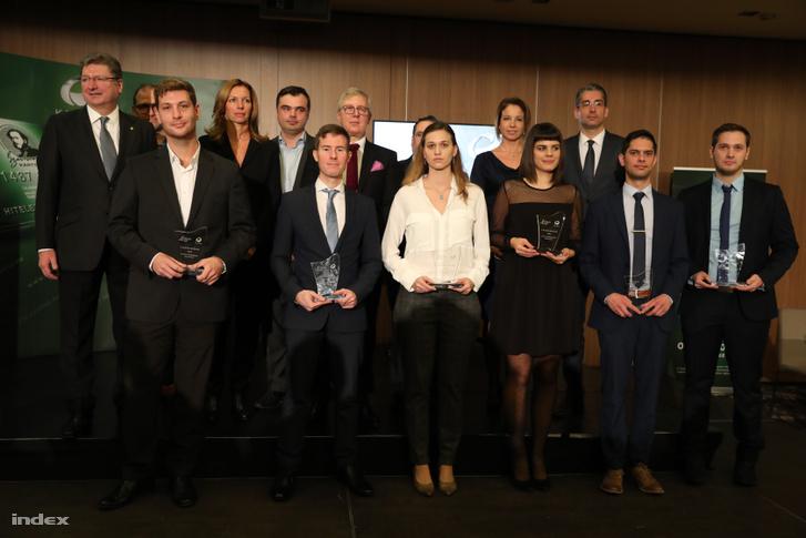 Előd Fruzsina (középen) a Junior Príma díj átadóján, a nyertesekkel és a zsűrivel 2018. november 26-án