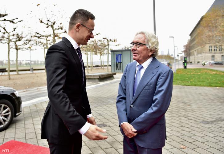 Szijjártó Péter külgazdasági és külügyminiszter (b) és Stephan Holthoff-Pförtner (CDU) szövetségi és európai ügyekért, valamint nemzetközi kapcsolatokért felelős észak-rajna-vesztfáliai tartományi miniszter találkozója Düsseldorfban 2018. november 26-án.