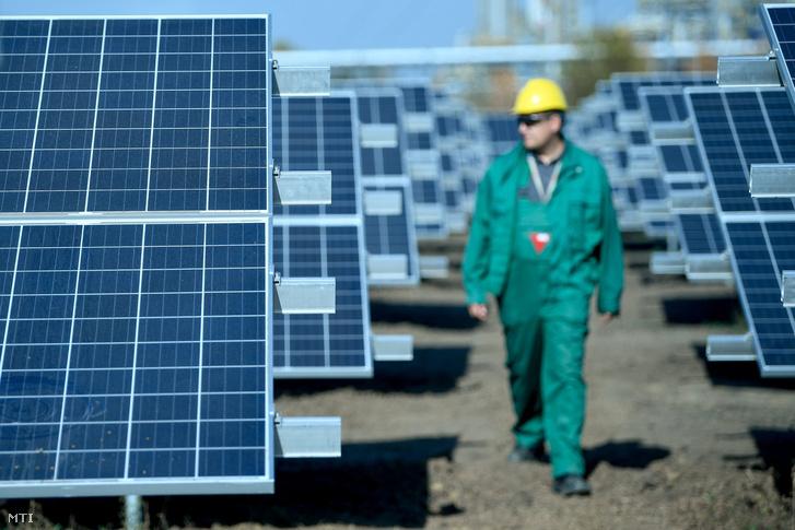 Dolgozó a Mol Nyrt. tiszaújvárosi ipartelepén épülő napelemparkban 2018. október 17-én.
