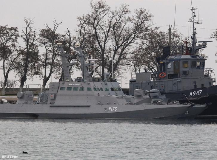 A lefoglalt ukrán hajók, a kis páncélozott tüzérségi és a vontatóhajó láthatóak a Kerch kikötőjében, Krímben 2018. november 26-án