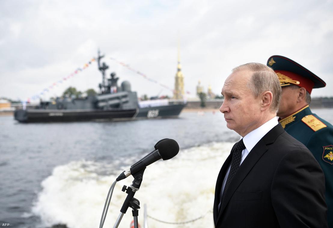 Vlagyimir Putyin részt vesz az oroszországi haditengerészeti napon 2017. július 30-án, Szentpéterváron