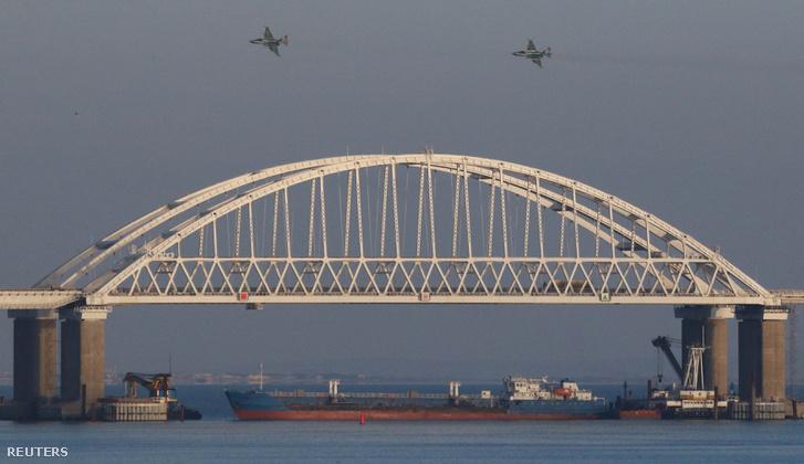 Orosz vadászrepülők szállnak el a Kercs-szoros felett 2018. november 25-én