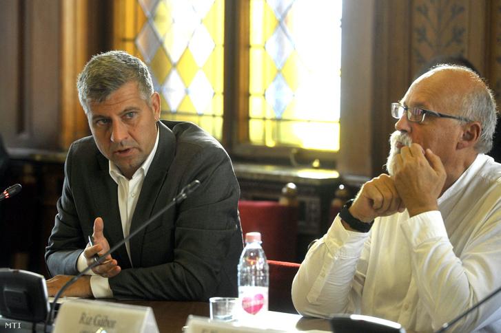 Szatmáry Kristóf (b) és Riz Gábor, a testület fideszes tagjai az Országgyűlés gazdasági bizottságának ülésén az Országházban 2018. október 9-én.