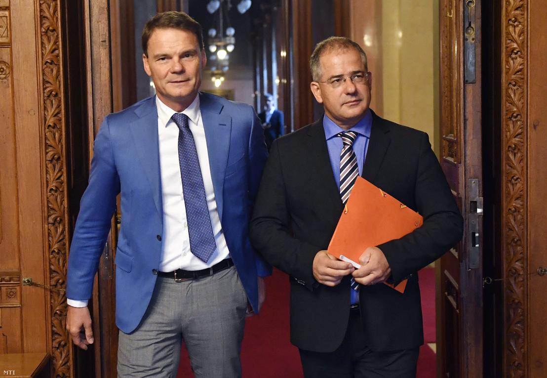 Kósa Lajos (j) érkezik az Országgyűlés gazdasági bizottságának ülésére Bánki Erik fideszes bizottsági elnök társaságában a Parlamentben 2017. szeptember 20-án.