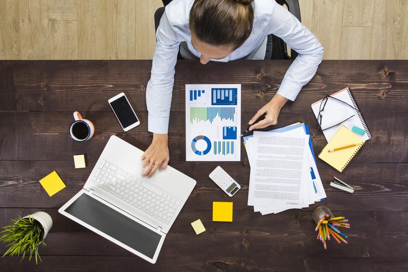 A zsúfolt íróasztal annak is jele, hogy elfoglalt ember vagy, aki körül mindig pörög az élet. Persze, nem kell, hogy a zsúfoltság rendetlenséget jelentsen.