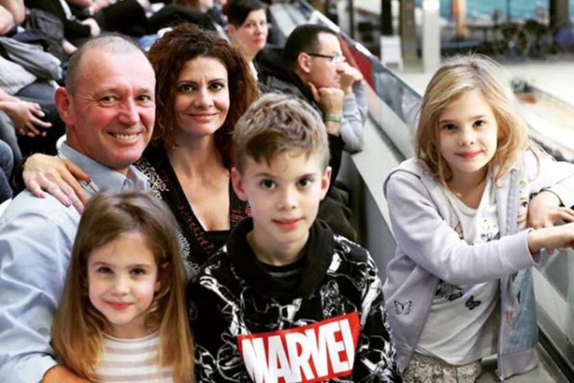 Győrfi Pálnak három gyönyörű gyermeket - Lillát, Ádámot és Alízt - szült felesége, Adrienn.
