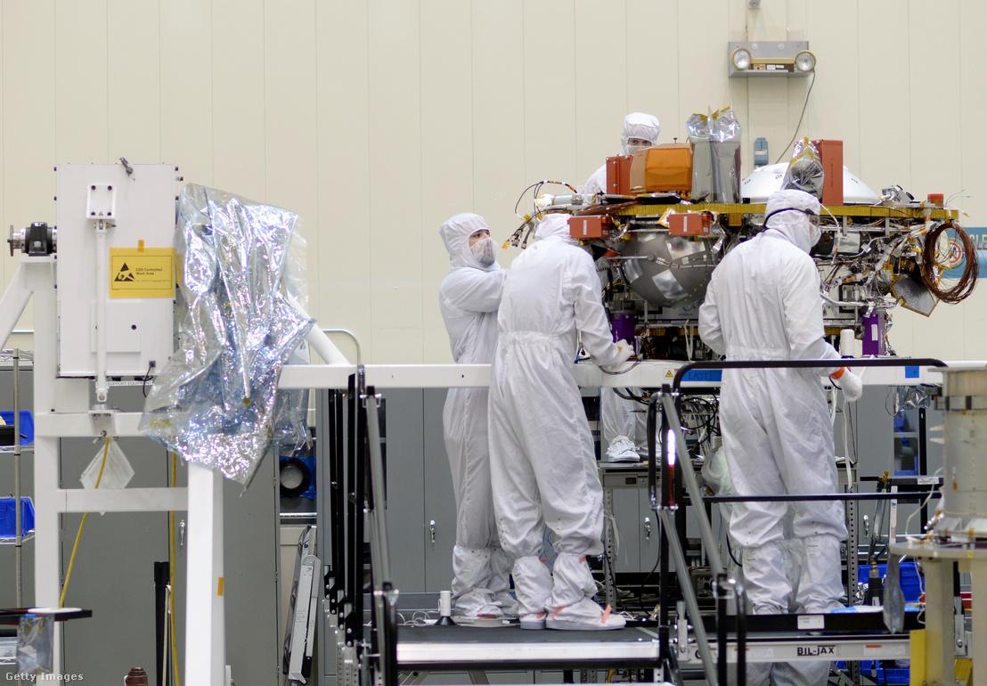 Az űrszondán dolgoznak a Lockheed Martin dolgozói 2015 májusában.