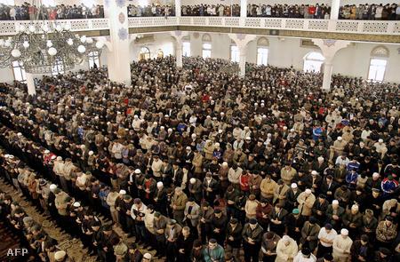 Imádkozó muszlimok a mahacskalai nagymecsetben