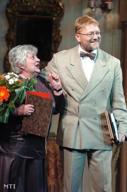 Budapest, 2007. március 28. Sebestyén Éva átveszi a Gobbi Hilda-életműdíjat Hegedűs D. Géza színművésztől