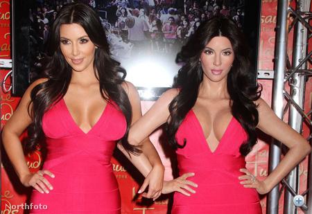 Kim Kardashian (balról) és viaszmása (jobbról)