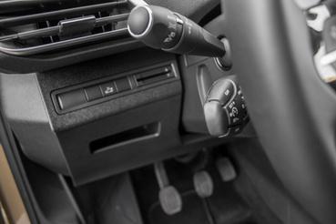Úgy tűnik, sose fogy el a Peugeot raktáraiból a tempomat kapcsolója, pedig már ideje volna. Szerintem vagy 10 éve ilyet használnak a franciák
