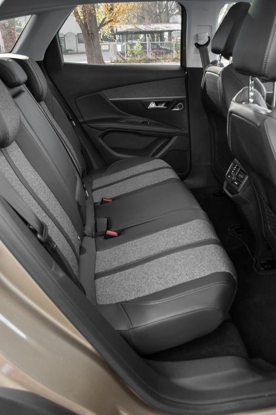 Bőven van hely a hátsó üléseken, az ülőlap kicsit rövid