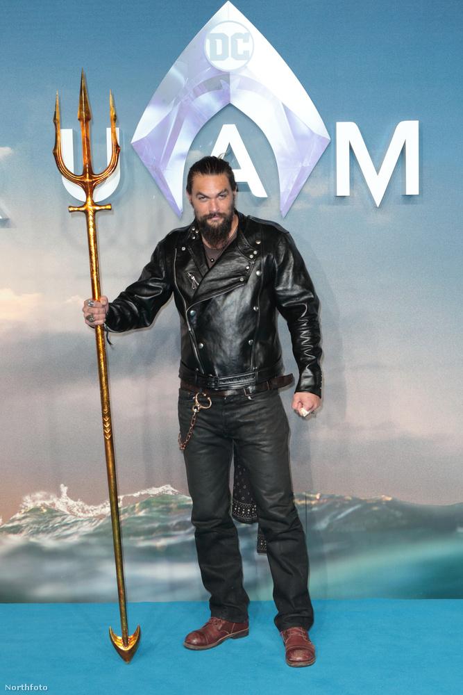 Na de térjünk is át innentől kezdve a férfiakra: magát Aquamant Jason Momoa alakítja, akinél szuperhősösebb megjelenésű férfit nem sokat láttunk még se az életben, se az interneteken.