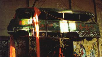 Emlékszem, a levegőben egy autóbusz lógott egy daru kampóján