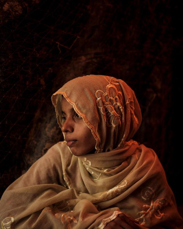 """A felgyújtott Tula Toli falu egykori lakója, Hasina Begum (21 éves) az UNICEF elmondta, hogy a katonák fegyvert szegeztek rájuk, miközben kivégezték a férfiakat és a fiúkat, majd a holttestüket leöntötték benzinnel és felgyújtották. Ezek után a nőket ötösével egy kunyhóhoz kísérték. """"Megpróbáltam elrejteni a kisbabámat a sálam alá, de észrevették a lábát. Megragadták a lányomat a lábánál fogva és a tűzre dobták"""" – mondta."""