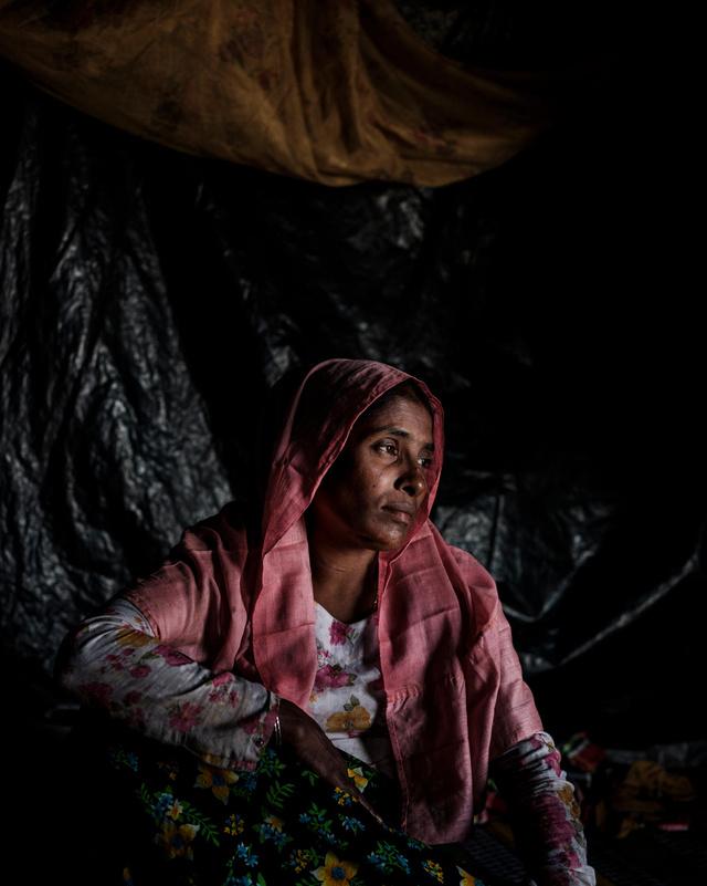 """Almas Khatun (40 éves) szemtanúja volt, ahogy az egész családját megölték. Almas azt mondja, hogy a katonák hátrafogták a kezét és kényszerítették, hogy nézze végig ahogy megölik mind a hét gyermekét, a férjét és két bátyját. Összesen hatvan rokona élt a faluban, mind meghaltak. """"Meglőtték az idős édesapámat, fadarabot tettek a szájába, aztán elvágták a torkát. Állandóan a gyerekeimre gondolok, nem tudtam megvédeni őket és ettől összetörik a szívem"""" – mondta az UNICEF helyszínen lévő kollégáinak."""