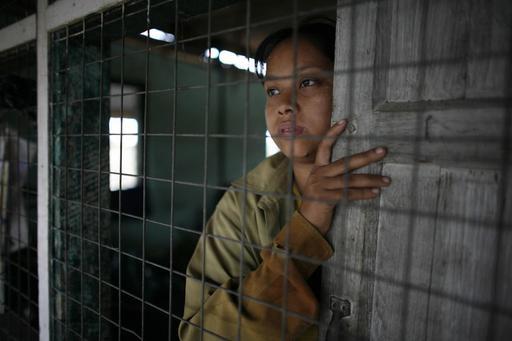 Kislány néz a távolba a rácsok mögül egy Mianmarban létesített internálótáborban.