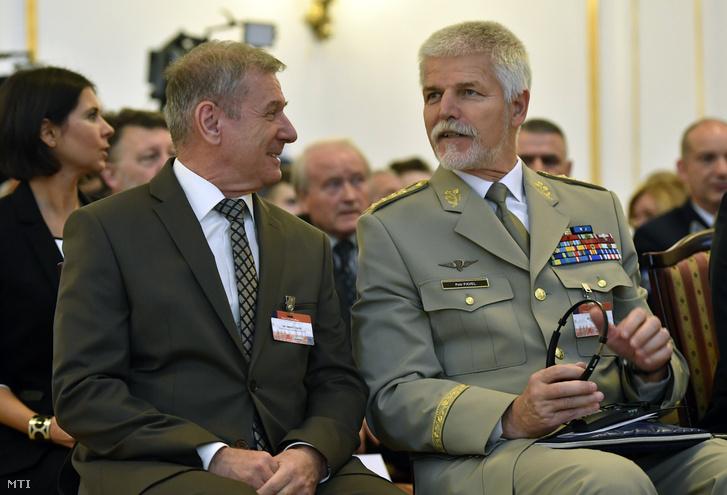 Benkő Tibor honvédelmi miniszter (b) és Petr Pavel a NATO Katonai Bizottságának korábbi elnöke az Úton a 21. században - biztonság honvédelem haderő című konferencián a Stefánia Palotában 2018. november 27-én.