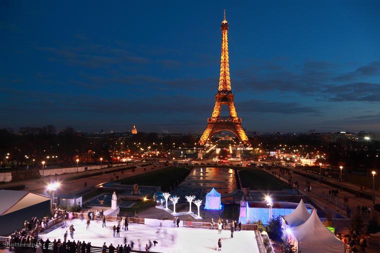 Valószínűleg kevés romantikusabb téli tevékenység van annál, mint az Eiffel-torony lábánál korcsolyázni francia fővárosban, főleg miután fényárba borult a város